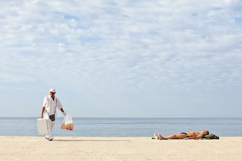 A bola seller on Praia de Carcavelos beach, photo by Rodrigo Cabrita