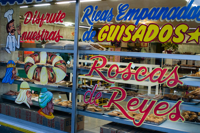 A bakery advertising its roscas de reyes, photo by Ben Herrera